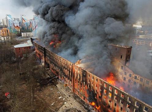 آتش گرفتن یک کارخانه در شهر سنت پترز بورگ روسیه/ رویترز