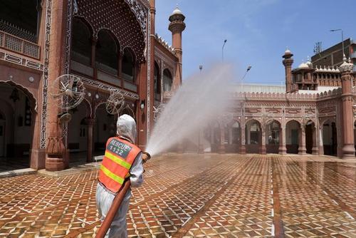 ضدعفونی کردن مسجد جامع شهر پیشاور پاکستان در آغاز ماه رمضان/ رویترز
