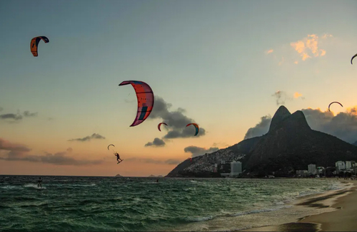 کایت سواری در ساحل شهر ریودوژانیرو برزیل/ خبرگزاری فرانسه