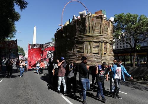 حمل یک سبد بزرگ حاوی مایحتاج اصلی در جریان تظاهرات علیه وضعیت معیشت و دستمزدهای پایین در شهر بوینوس آیرس آرژانتین/ رویترز