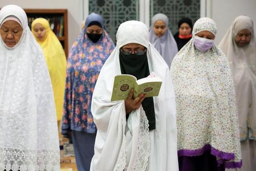 نماز جماعت در مسجدی در شهر کوالالامپور مالزی در نخستین روز ماه رمضان/ رویترز