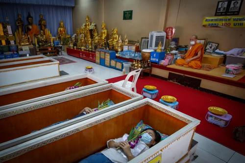 یک معبد بودایی در شهر بانکوک تایلند. برخی از مردم تایلند به این معبد می آیند و معتقدند با خوابیدن در تابوت ها بدی ها از آنها دور شده و آینده شان خوب می شود./ EPA