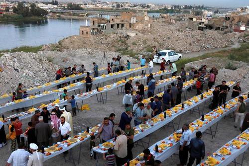 سفره افطار در شهر موصل عراق/ رویترز