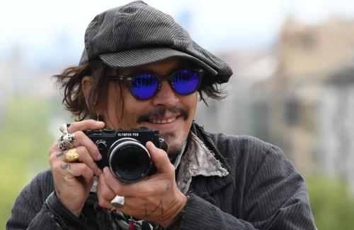 جانی دپ هنرپیشه هالیوود در حال عکاسی در جشنواره بین المللی فیلم