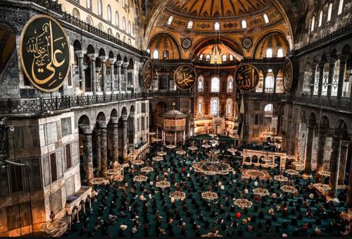 برگزاری نخستین نماز جمعه در مسجد آیافصوفیه در استانبول. این مکان تاریخی که نزدیک به 90 سال تبدیل به موزه شده بود سال گذشته با تصمیم دولت ترکیه بار دیگر تغییر کاربری یافت و به مسجد تبدیل شد./ خبرگزاری آناتولی