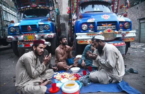 سفره افطار رانندگان کامیون در شهر لاهور پاکستان/ پاسیفیک پرس