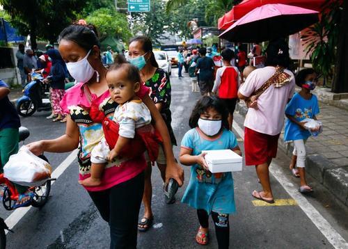 یک مرکز توزیع افطاری رایگان در شهر جاکارتا اندونزی/ رویترز