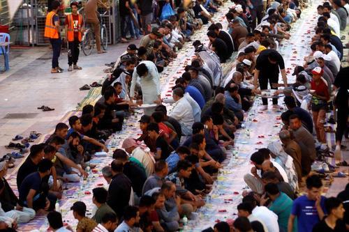 سفره های افطار در کوچه های شهر نجف عراق/ رویترز