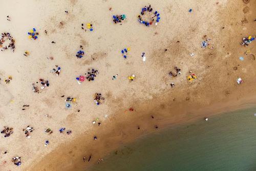 هجوم به ساحل شهر بندری اشکلون در اسراییل پس از رفع محدودیت های کرونایی/ رویترز