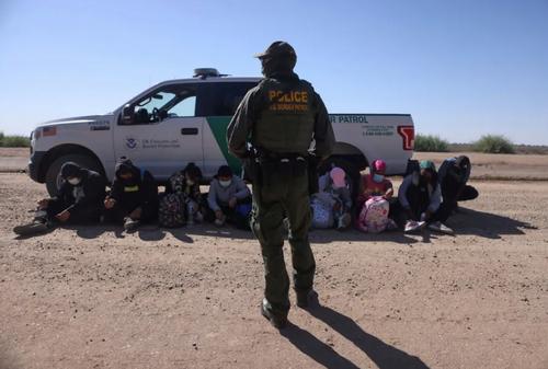 دستگیری یک گروه از پناهجویان غیرقانونی در مرز ایالت آریزونا آمریکا/ رویترز