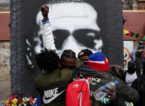 شادمانی شهروندان سیاه پوست آمریکایی از صدور رای هیات منصفه دادگاه پلیس آمریکایی درباره پرونده مرگ جورج فلوید در شهر مینیا پولیس ایالت مینه سوتا/ رویترز و زوما