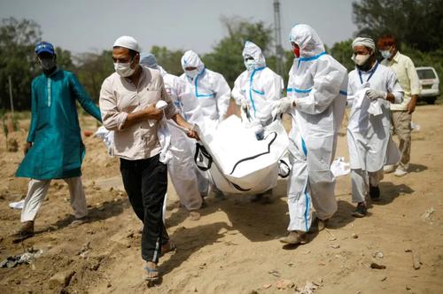 تدفین فوتی های کرونا در شهر دهلی هند/ رویترز