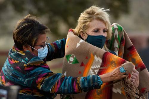 استقبال اعضای شورای قبیله ناواهو در ایالت آریزونا آمریکا از جیل بایدن بانوی اول آمریکا/ خبرگزاری فرانسه