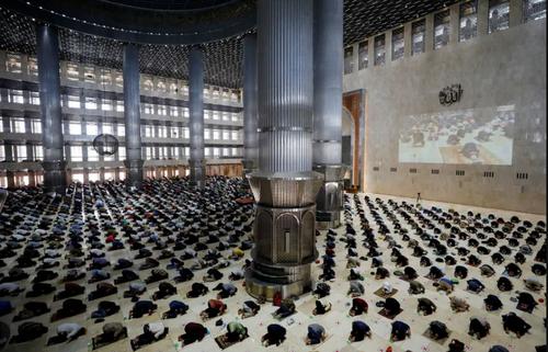 نماز جمعه در مسجدی در شهر جاکارتا اندونزی/ رویترز و خبرگزاری فرانسه