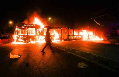 آتش زدن اتوبوس ها در شهر سانتیاگو شیلی در اعتراضات ضددولتی. معترضان خواستار حمایت مالی دولت از مردم در جریان بحران اقتصادی ناشی از همه گیری ویروس کرونا هستند./ خبرگزاری فرانسه