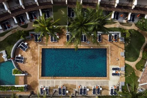 استخر خالی یک هتل در جزیره توریستی پوکت تایلند/ رویترز