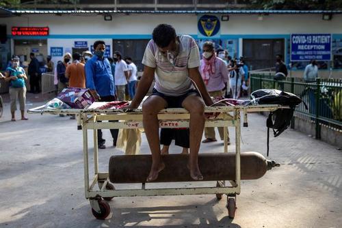 بحران کمبود تخت خالی و اکسیژن برای انبوه بیماران کرونایی بدحال در هندوستان/ رویترز