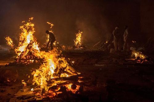 سوزاندن اجساد فوتی های کرونا در شهر دهلی هند/ رویترز