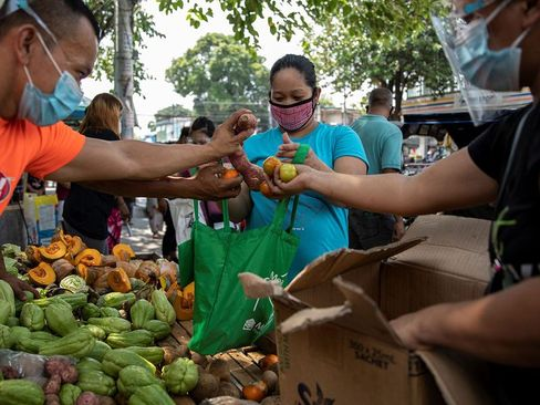 توزیع رایگان میوه و اقلام غذایی میان نیازمندان در شهر مانیل فیلیپین/ رویترز و بلومبرگ