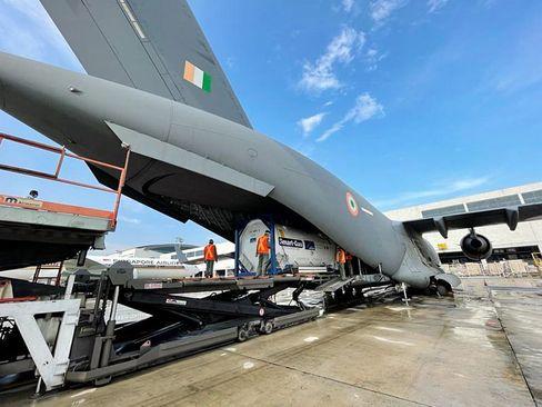 ورود محموله های کمک بین المللی به فرودگاه شهر دهلی هندوستان در پی تشدید بحران ناشی از شیوع ویروس کرونا/ ANI