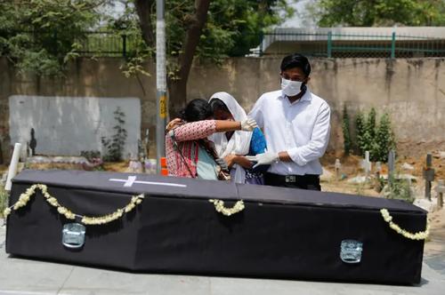 وداع خانواده با تابوت یک فوتی کرونایی در شهر دهلی هندوستان/ رویترز
