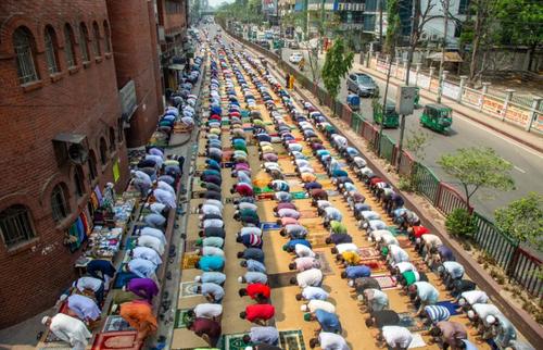 برگزاری نماز جمعه در محوطه مسجدی در شهر داکا بنگلادش/ EPA