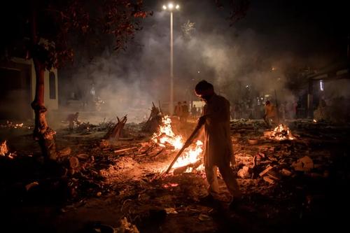 سوزاندن اجساد فوتی های کرونا در شهر دهلی هندوستان/ گتی ایمجز