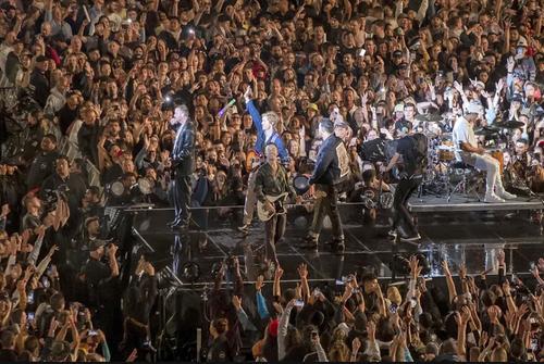 تصاویری از کنسرت شنبه شب گذشته در شهر اولکند نیوزیلند. رسانه ها این کنسرت 50 هزار نفری را به عنوان بزرگ ترین گردهمایی عصر کرونا یاد می کنند. عکس: آسوشیتدپرس