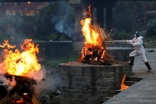 سوزاندن اجساد فوتی های کرونا در شهر کاتماندو نپال/ رویترز