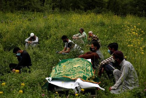 انتظار خانواده یک فوتی کرونایی در گورستانی در کشمیر برای نوبت مراسم تدفین/ رویترز