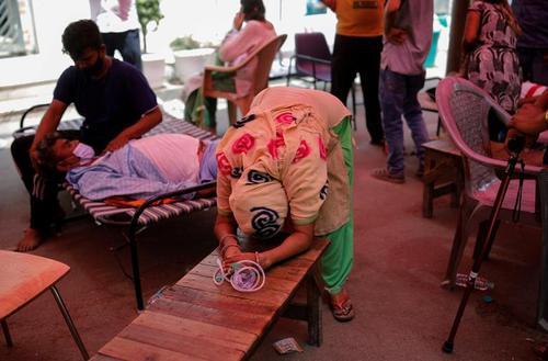انتظار یک بیمار بدحال کرونایی در شهر قاضی آباد هند برای دریافت کپسول اکسیژن/ رویترز