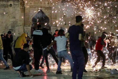 درگیری معترضان فلسطینی با پلیس اسراییل در مسجد الاقصی/ رویترز