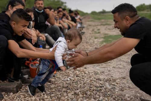پدر و فرزند رومانیایی پناهجو در پشت مرز ایالات متحده و مکزیک/ رویترز