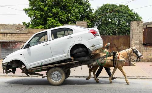 انتقال یک خودرو به تعمیرگاه در آمریتسار هند/ خبرگزاری فرانسه