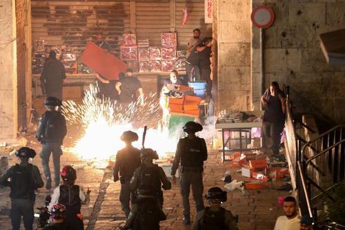 ادامه تنش ها و سرکوب معترضان فلسطینی از سوی نیروهای اسراییل در مسجد الاقصی در شهر قدس/ رویترز