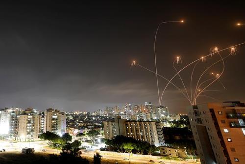 پاسخ سیستم ضد موشکی اسراییل به راکت های پرتاب شده از سوی حماس به شهر بندری اشکلون/ رویترز