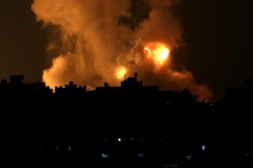 حمله هوایی شبانه اسراییل به جنوب نوار غزه. طبق اعلام منابع حماس در اثر این حملات دستکم 20 نفر از جمله 9 کودک فلسطینی کشته و دهها نفر دیگر زخمی شدند./ رویترز