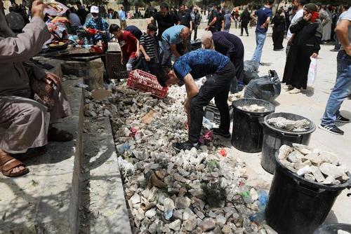 سنگ های جمع شده از سوی جوانان فلسطینی برای پرتاب به سمت نیروهای اسراییل در جریان تظاهرات ضد اسراییلی فلسطینی ها در شهر قدس و اطراف مسجد الاقصی/ رویترز