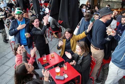 جشن بازگشایی بارها و رستوران ها در شهر بروکسل بلژیک پس از ماه ها تعطیلی/ رویترز