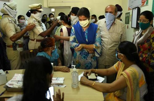 ازدحام جمعیت در یک مرکز واکسیناسیون بر ضد کرونا در آمریتسار هند/ خبرگزاری فرانسه