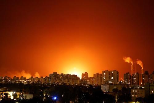 آتش و دود ناشی از اصابت موشک مقاومت فلسطین به پالایشگاه شهر عسقلان اسراییل/ رویترز