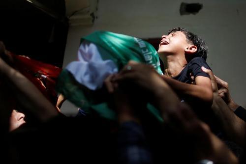 تشییع پیکر یک جوان فلسطینی به شهادت رسیده در حملات هوایی اسراییل به نوار غزه/ رویترز