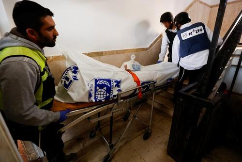 جنازه یک شهروند اسراییل کشته شده در حمله موشکی مقاومت فلسطین به شهر عسقلان/ رویترز