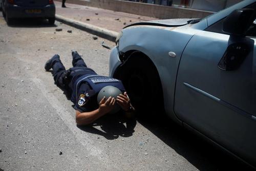 موضع گرفتن پلیس اسراییلی در شهر عسقلان از ترس موشک های جنبش مقاومت فلسطین/ رویترز