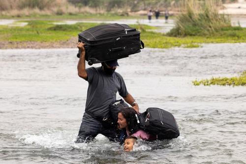عبور پناهجویان آمریکای مرکزی از رود مرزی ریو گرانده بین مکزیک و ایالات متحده آمریکا/ رویترز
