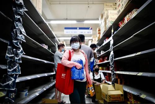 هجوم برای خرید از فروشگاه ها در تایوان در پی اعمال محدودیت های کرونایی/ EPA