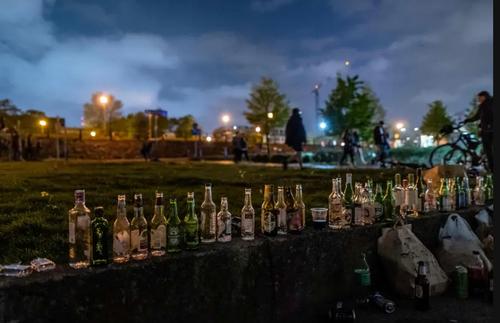 شیشه های خالی مشروبات الکلی چیده شده در کناره رود ویستولا در شهر ورشو لهستان در پی لغو محدودیت های کرونایی و آزاد شدن دوباره اجتماعات تفریحی/ خبرگزاری فرانسه