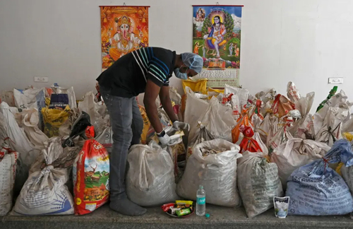 گونی های حاوی بقایای سوزاندن اجساد فوتی های کرونایی در شهر دهلی هند/ خبرگزاری فرانسه