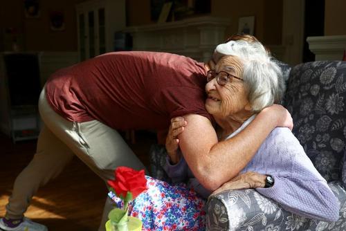 دیدار با سالمندان بریتانیایی در خانه های سالمندان همزمان با واکسیناسیون سراسری و کاهش محدودیت های کرونایی/ رویترز