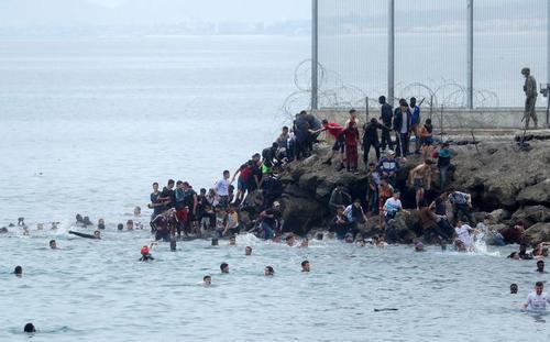هجوم پناهجویان مراکشی به سواحل اسپانیا/ رویترز و خبرگزاری فرانسه